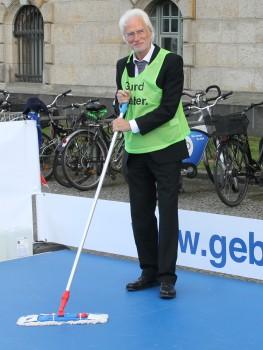 Bernd Strauch beim Wischmob-Hockey
