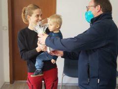 Burkhard Räcker übergibt Nina Lange die Ehrenurkunde