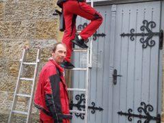 Starkes Familien-Clean-Team: Landessiegerin Nina Lange mit ihrem Vater Olaf Lange vor dem Trafohaus in Obernkirchen