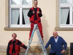 Hoch hinaus auf der Karriereleiter: Die Landessiegerin Nina Lange, flankiert von ihrem Vater, dem Gebäudereiniger-Meister Olaf Lange, und Firmenchef Wolfgang Breitner